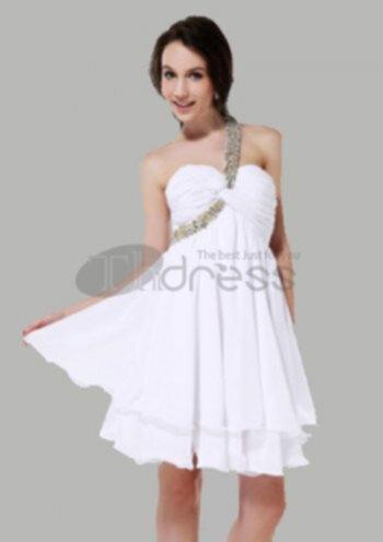 c21e42bc23c2 Vit spets med ljusblått spets utsmyckning har kjolen en frisk fläkt av  flickan med ett par svarta läderstövlar, visar en annan personlighet.