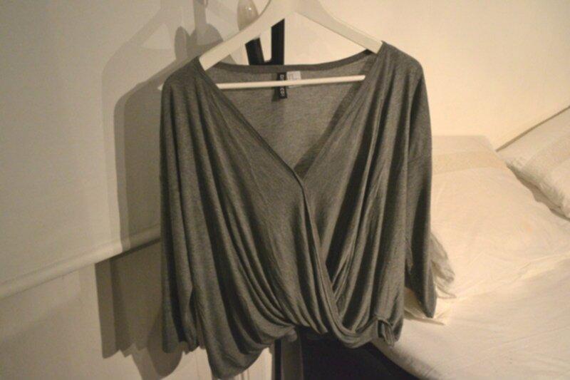 grå omlott tröja